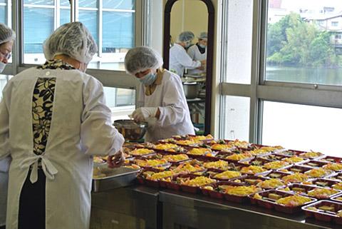 給食サービス事業<br /> ボランティアにより調理された給食をボランティアにより配送し、高齢者への安否確認、健康増進を図ります。(対象者)75歳以上のひとり暮らし高齢者、高齢者夫婦、障がい者等で調理が困難なため給食サービスを希望する者。(利用日)毎週火曜日又は金曜日(利用料)1食200円