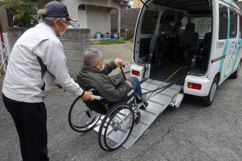 移送サービス事業<br /> 車いす利用のため外出が困難で、通院等に既存の交通手段を利用しにくい方へボランティアによりリフト付車で移送サービスを提供します。 (対象者)車いすを利用の高齢者、障がい者(実施日)月曜日〜金曜日 9時〜16時(年会費)500円(移送サービス利用者保険加入費)(利用料)負担あり